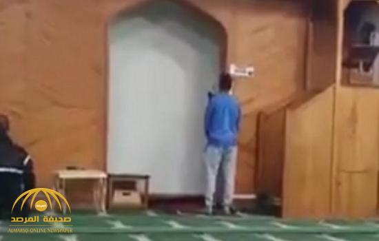 """والد المبتعث """" الفقيهي"""" ينشر فيديو أثناء رفع ابنه الأذان داخل المسجد الذي هاجمه الإرهابي.. ويكشف كيف نجا من الموت!"""
