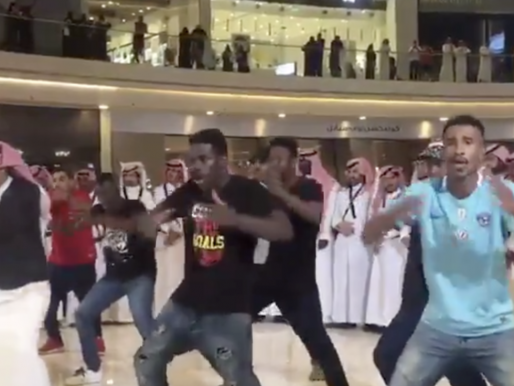 """شاهد : سعوديون يؤدون رقصة """"هاكا""""  النيوزيلندية داخل مركز تسوق بالرياض"""
