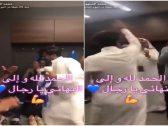 في أعلى درجة من الوناسة .. شاهد طريقة احتفال رئيس الهلال مع اللاعبين في غرفة الملابس عقب التأهل