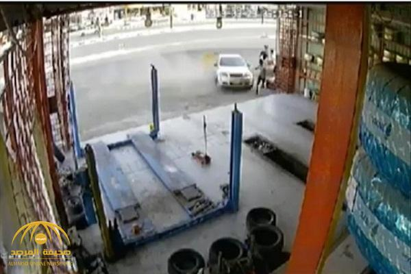 """زحفت وارتطمت بـ3 مقيمين.. شاهد: مركبة تسير بسرعة جنونية تقتل عاملًا داخل محل """"بنشر"""" في مكة.. وشقيقه يكشف مفاجأة!"""