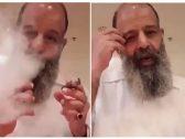 """بالفيديو: """"مدخن ملتحي"""" بـ""""الكويت"""" يكشف مواصفات """"قعدة المزاج  و راحة البال """" !"""