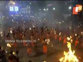 """لإرضاء آلهتهم """"دورجا"""".. هندوس الهند يتقاذفون بـ""""كتل نارية"""" في مشهد غريب وعنيف (فيديو)"""