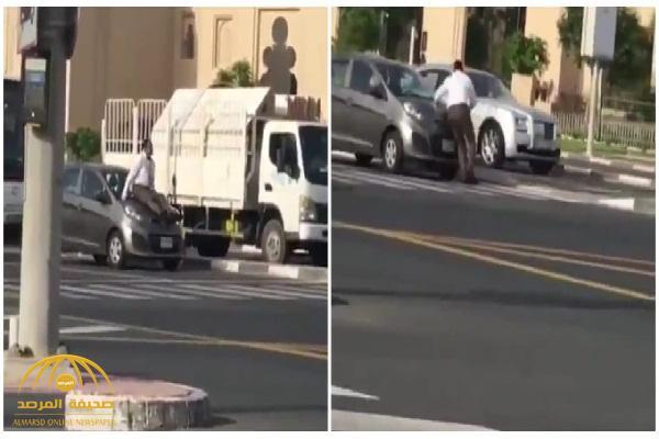 شاهد: وافد يحاول منع سيارة من الهرب بطريقة غريبة في دبي !