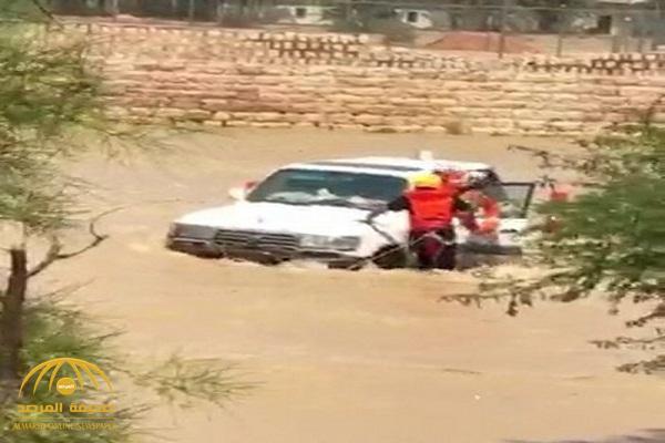 """كاد أن يغرق بعد النزول من السيارة.. شاهد: إنقاذ خطير لمسن من سيول وادي حنيفة بـ""""الرياض"""""""