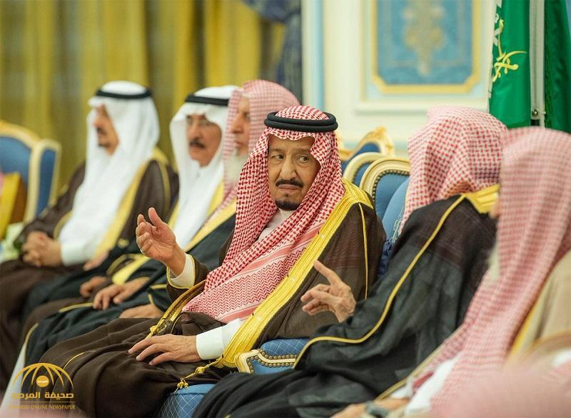 بالصور .. خادم الحرمين يستقبل المفتي وعدد من الأمراء والعلماء وجمعاً من المواطنين