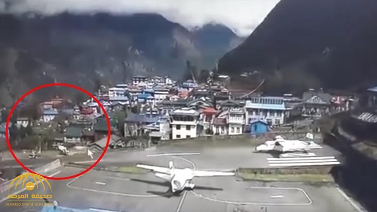 شاهد  حادث غريب .. لحظة اصطدام طائرة مدنية بمروحية في نيبال
