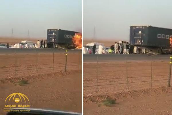 حريق في شاحنة على طريق الرياض السريع .. وهذا ما فعله العشرات من قائدي المركبات رغم تعرضهم للخطر – فيديو