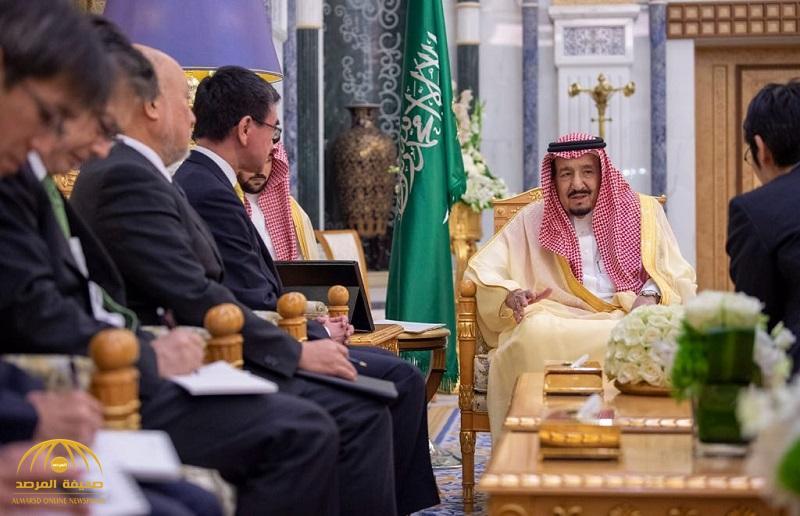 بالصور .. خادم الحرمين يستقبل وزير الخارجية الياباني