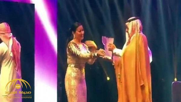 """ملتقى المرأة السعودية يوضح ملابسات وسوء الفهم حول تكريم الفنانة المصرية """"سمية الخشاب""""! – فيديو"""