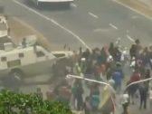 شاهد فيديو مروع .. مدرعة للجيش الفنزويلي تدهس المتظاهرين