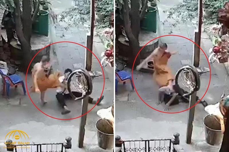 """شاهد : راهب بوذي يعتدي بوحشية على شاب """"معاق عقليًا"""""""