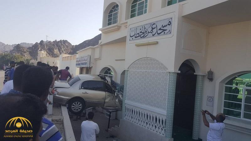 """شاهد.. سيارة تقفز فوق الحواجز وتداهم مسجد في """"عُمان"""" وتسبب كارثة !"""