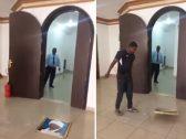 بالفيديو: شاهد.. تحطيم صورة البشير داخل السفارة السودانية بالكويت! 