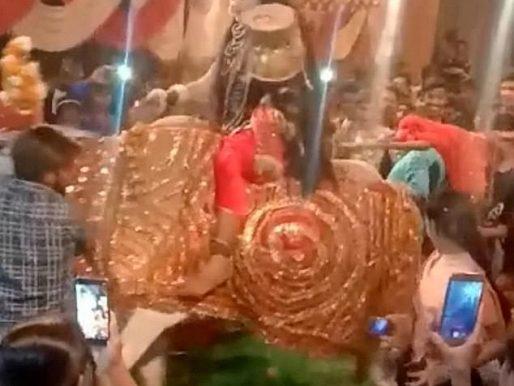 """فيديو : مشهد صادم.. ثور ضخم يدهس طفلة خلال احتفال ديني بالإله الهندوسي """"اللورد شيفا"""" في نيودلهي!"""