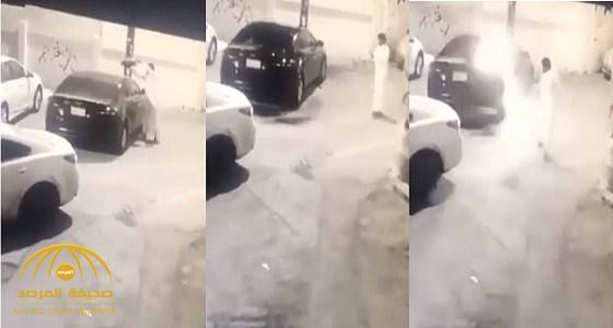 شاهد .. شاب يحرق سيارة امرأة  متوقفة بالطائف ويلوذ بالفرار