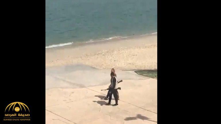 """بالفيديو: وافدان في الكويت يتجولان بسلاح """"أم صتمة"""" في مكان عام !"""