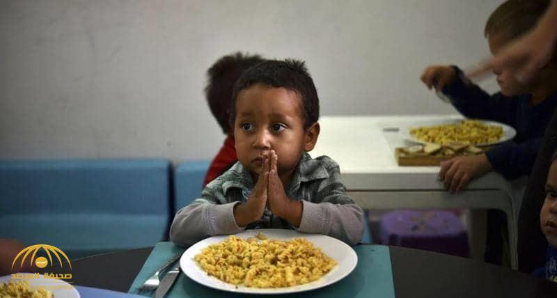 """بالفيديو .. """"خدعة بسيطة"""" لإقناع طفل عنيد بتناول طعامه"""