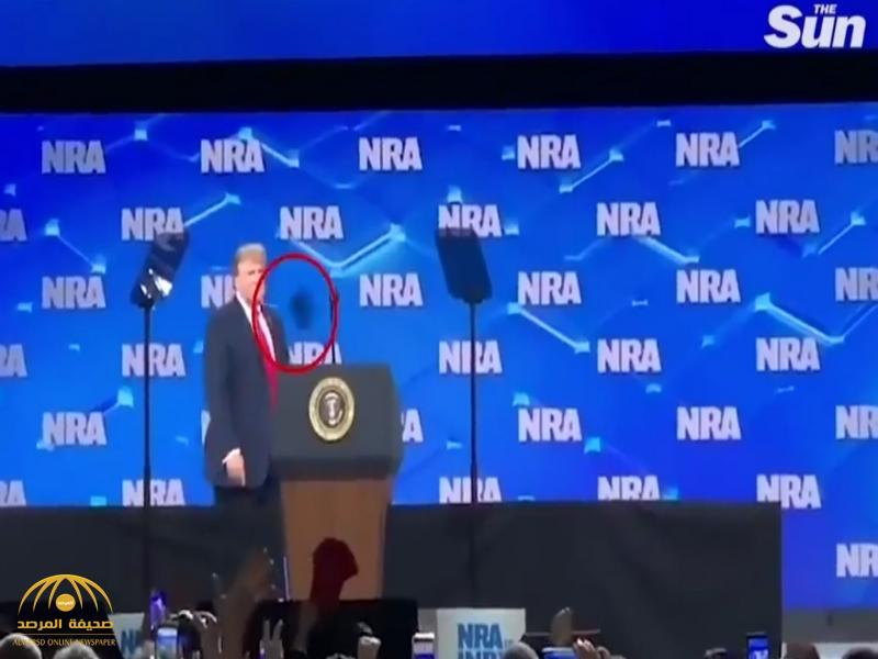 """شاهد.. سكران يقذف """"ترامب"""" بهاتفه أثناء إلقاء كلمة أمام الحضور.. وهكذا جاءت ردة فعل الرئيس الأمريكي!"""