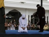 """بالصور: جلد فتاة وشاب أمام الملأ بتهمة """"الزنا"""" في إندونيسيا!"""