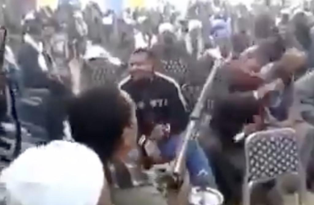 """بالفيديو .. إطلاق نار  """" مخيف"""" من  أسلحة """"رشاشة"""" وسط المدعوين بأحد أفراح  صعيد مصر"""