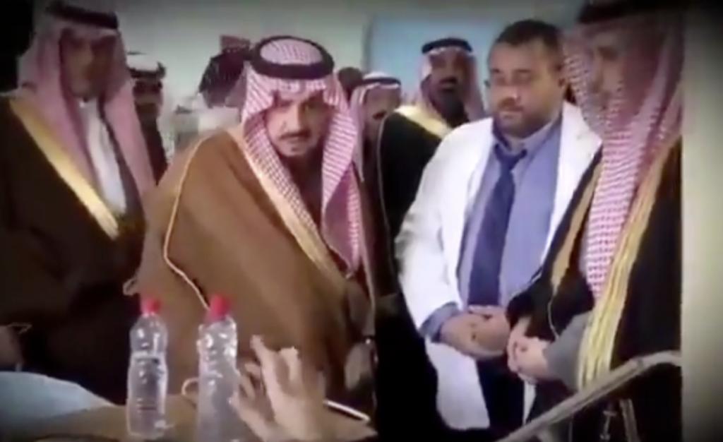 """""""خلوني أنا وياه """" .. شاهد: فيديو لأمير الرياض أثناء زيارة مريض يشعل تويتر"""