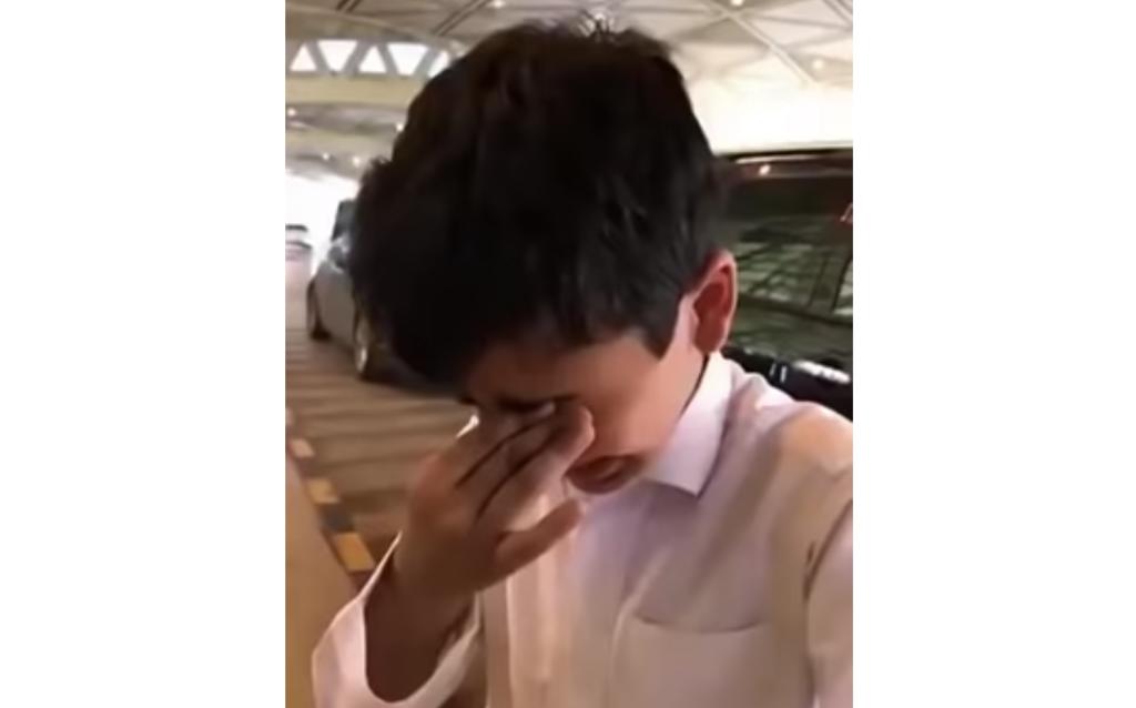 شاهد.. طفل سعودي يودع والده في المطار بالدموع يثير تفاعلا على تويتر