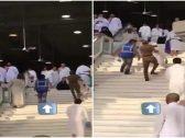 بالفيديو .. رجل أمن سعودي  يحمل مُسن عجز عن صعود الدرج داخل  المسجد الحرام