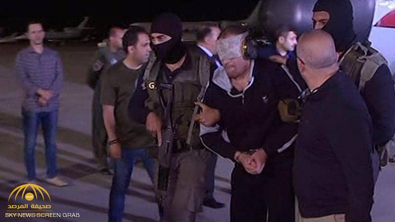وهو معصوب العينين.. شاهد: لحظة وصول الإرهابي الخطير هشام عشماوي إلى مطار القاهرة!