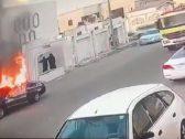 بالفيديو: اشتعال النيران في سيارة متوقفة .. وصاحبها يكشف عن السبب!