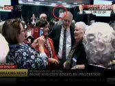 شاهد .. فتاة تفاجئ رئيس وزراء أستراليا وتعتدي عليه من الخلف!