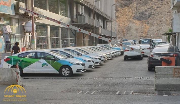 """تحويل شارع فرعي في مكة لـ""""موقف سيارات"""".. ومفاجأة عن المتسبب في ذلك!"""