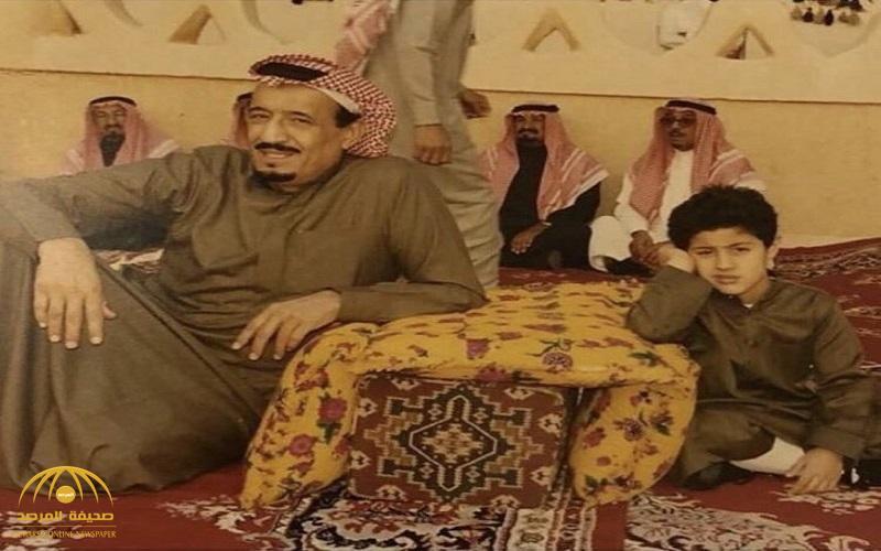 شاهد : تداول واسع لصورة نادرة لخادم الحرمين .. وهوية الطفل الذي يجلس بجواره تشغل المغردين!