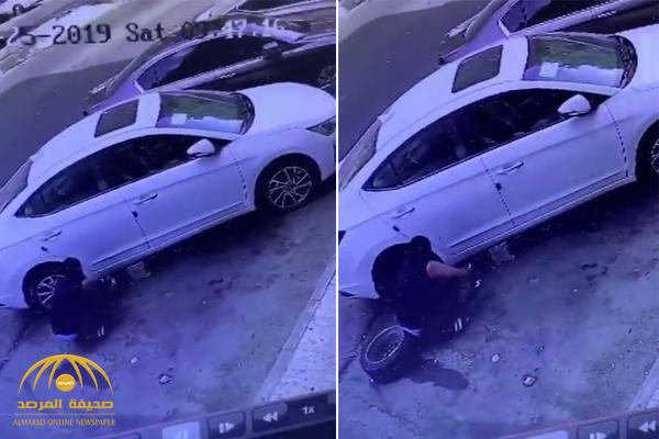 شاهد .. كاميرا مراقبة ترصد سرقة لص لإطار سيارة في جدة