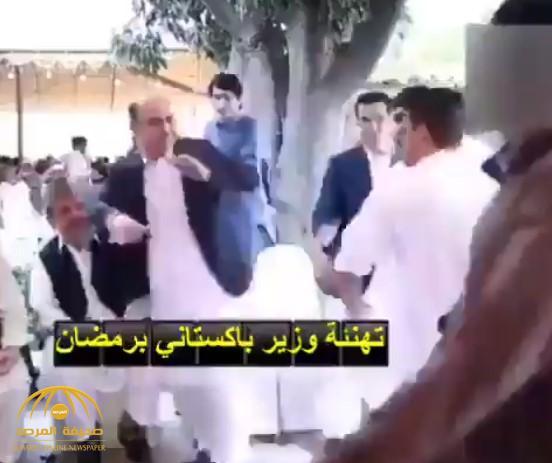 """خلال تهنئته بحلول """"رمضان"""".. صفعة مفاجئة على وجه وزير باكستاني كادت تسقطه على الأرض (فيديو)"""