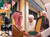 بالصور .. خادم الحرمين يتسلم وثيقة مكة المكرمة الصادرة عن المؤتمر الدولي حول قيم الوسطية والاعتدال