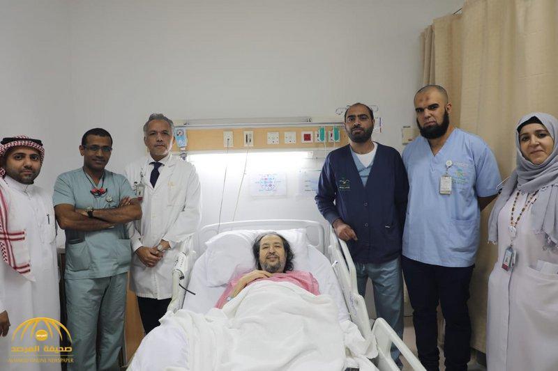 """شاهد .. صورة جديدة للفنان """"خالد سامي"""" من داخل مجمع الملك عبدالله بجدة وأطباء يكشفون تطورات حالته"""