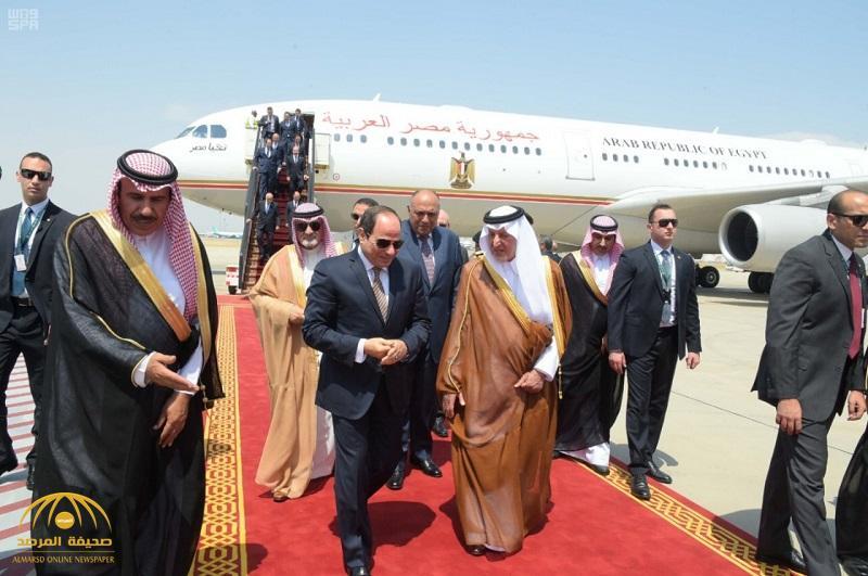 """شاهد بالصور: الرئيس السيسي يصل إلى جدة والأمير """"خالد الفيصل"""" في مقدمة مستقبليه"""