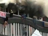 في مشهد مرعب.. طلاب هنود يلقون أنفسهم من الدور الثالث هربًا من حريق ضخم والناس تصرخ في الشارع (فيديو)