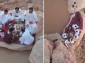 لقطات تحبس الأنفاس.. شاهد: إفطار رمضاني على حافة جبال طويق في مكان يصعب الوصول إليه