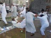 لكمات عنيفة وركلات بالأرجل.. شاهد: مضاربة جماعية قبل الإفطار بجوار مسجد الغمامة بالمدينة