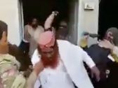 """شاهد ..نساء يضربن  واعظ  باكستاني تحرش""""ببناتهن"""" خلال جلسة لتحفيظ القرآن"""