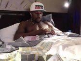 """شاهد .. الملاكم الأمريكي """"مايويذر"""" يهايط بحزم الدولارات ويسأل متابعيه : """"برأيكم كم هذا المبلغ؟"""""""