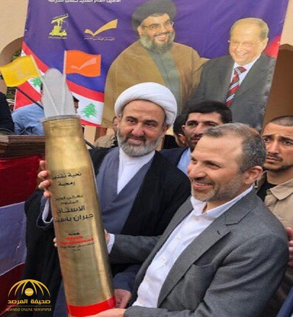 """شاهد.. وزير خارجية لبنان  """" جبران باسيل"""" يتلقى هدية من""""  حزب الله"""" المصنف إرهابيا ..  وإسرائيل تعلق"""