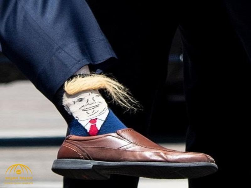 شاهد.. ردة فعل ترامب حينما رأى صورته على جوارب أحد المسؤولين! (صورة)