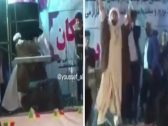 """شاهد.. واعظ شيعي """"معمم"""" يقتحم حفل غنائي في إيران ويمزق البوسترات.. وهكذا جاءت ردة فعل الجمهور!"""