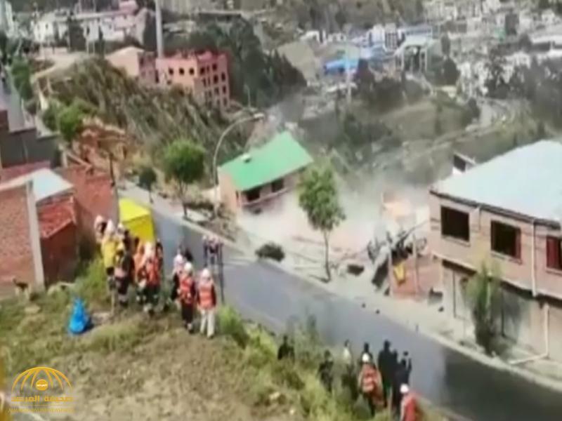 """انهيار أرضي """"مروع"""" يبتلع عشرات المنازل.. وفيديو يرصد الكارثة!"""