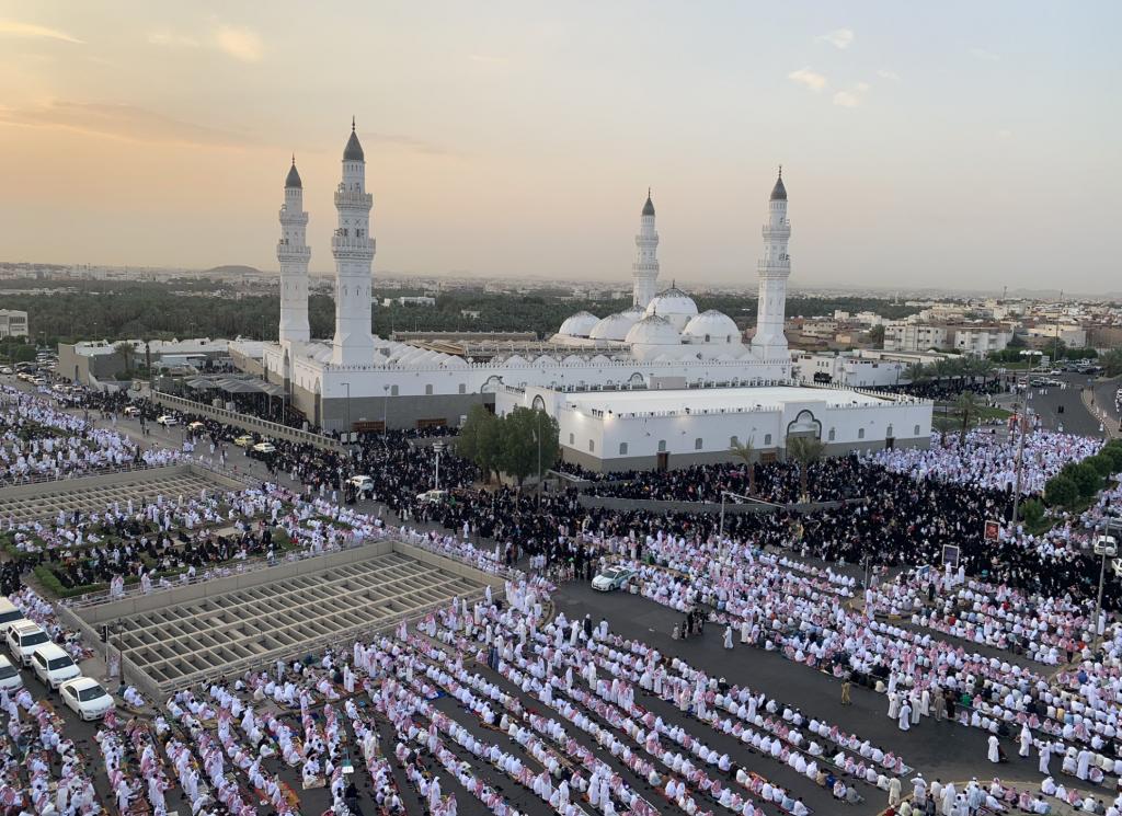 شاهد بالصور: جموع غفيرة تؤدي صلاة عيد الفطر في مسجد قباء بالمدينة