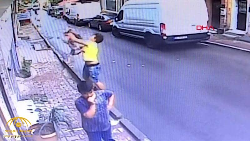 شاهد.. فتى جزائري ينقذ رضيعة سورية من موت محقق في إسطنبول!