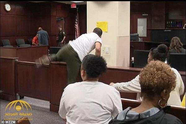 شاهد: شاب غاضب يقفز حاجز داخل قاعة محكمة في أمريكا لينتقم من قاتل والدته أثناء محاكمته