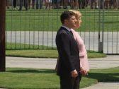 """شاهد .. لحظة تعرض المستشارة الألمانية """"ميركل"""" لـ""""رعشة غريبة"""" أثناء استقبال الرئيس الأوكراني"""